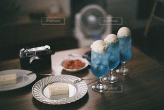 テーブルの上に座っているケーキの写真・画像素材[3491244]