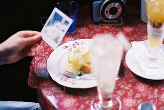 テーブルの上の食べ物の皿の写真・画像素材[2293309]
