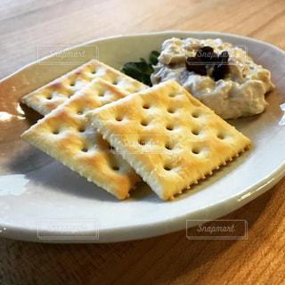 チーズのなめろうとクラッカーの写真・画像素材[2830116]