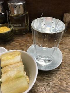 なみなみに注がれた焼酎と白菜の漬物の写真・画像素材[3296846]