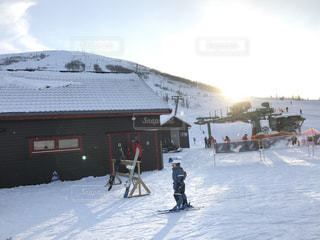 雪の上にスキーに乗っている人のグループ対象斜面の写真・画像素材[1752878]