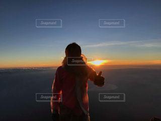 日没の前に立っている男の写真・画像素材[1753007]