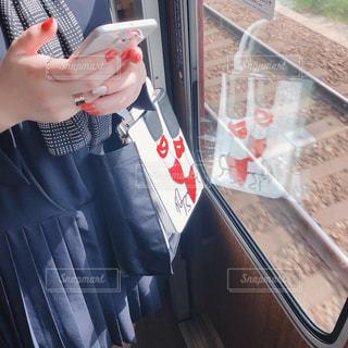 携帯電話を持っている手の写真・画像素材[2897150]