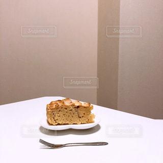 皿の上のケーキの写真・画像素材[3197714]