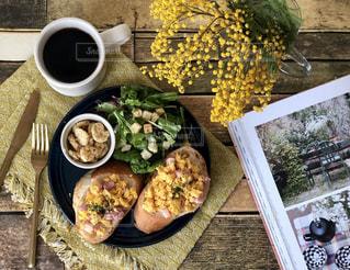 ミモザと朝食の写真・画像素材[1805607]