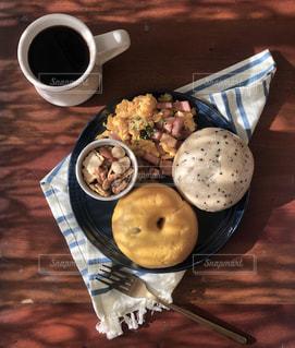 食品とコーヒーのカップのプレートの写真・画像素材[1805616]
