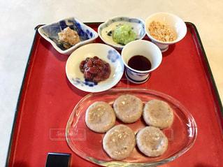 テーブルの上の食べ物のトレーの写真・画像素材[2103459]