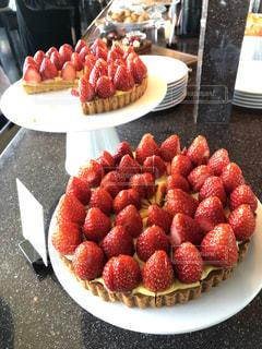デザートビュッフェのいちごのホールケーキの写真・画像素材[1754442]