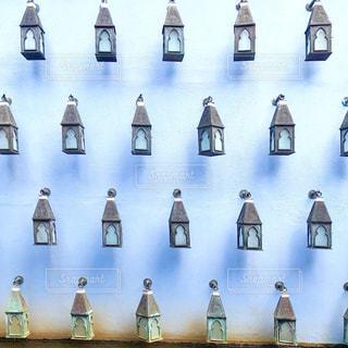 ランプが装飾された壁の写真・画像素材[1754923]