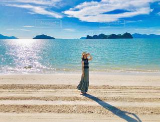 ビーチに立つ女性の写真・画像素材[1754927]