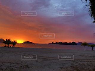 ビーチに沈む夕日の写真・画像素材[1755028]
