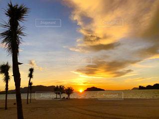 砂浜のビーチに沈む夕日の写真・画像素材[1755707]