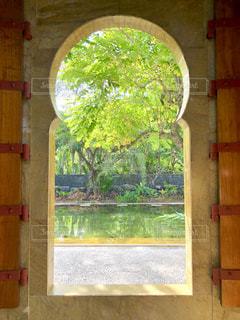オリエンタルな窓からの眺めの写真・画像素材[1755708]