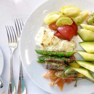 テーブルの上に食べ物のプレートの写真・画像素材[1756003]