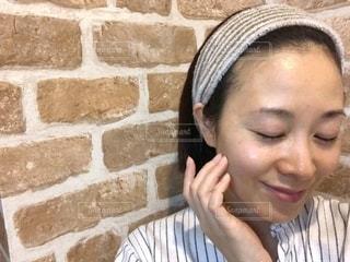 すっぴんで目を閉じて微笑む女性の写真・画像素材[1798402]