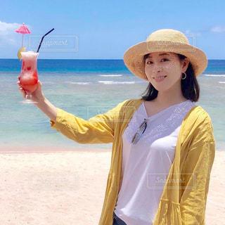 ビーチでトロピカルジュースを持つ女性の写真・画像素材[2170532]