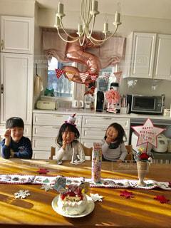 家族で五歳のお誕生日をお祝いの写真・画像素材[1755525]