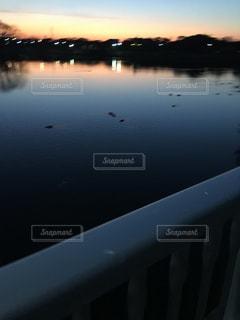 水の体に沈む夕日の写真・画像素材[1760254]