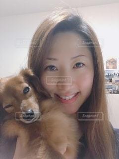 アイドル犬とわたしの写真・画像素材[2490719]