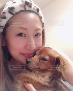犬を抱いている人の写真・画像素材[2763104]