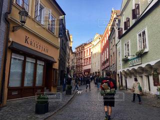 街の通りを歩いている人のグループの写真・画像素材[1758923]