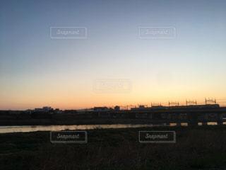 夕暮れの多摩川土手と田園都市線と富士山の写真・画像素材[1832385]