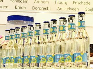 一例に並んだボトルの写真・画像素材[1760043]