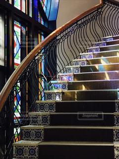 ステンドグラスの窓のそばの階段の写真・画像素材[1761455]