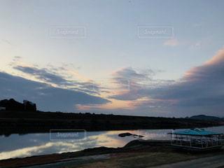 川に映る雲の写真・画像素材[1763250]