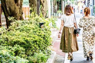 歩道を歩く人の写真・画像素材[2355210]