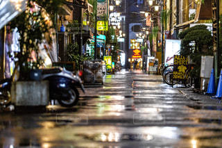 夜のにぎやかな街の通りのクローズアップの写真・画像素材[2355263]