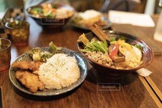 テーブルの上の食べ物の皿の写真・画像素材[2357495]