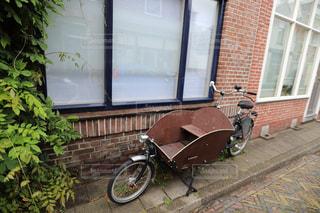 レンガ造りの建物の前に駐車した自転車の写真・画像素材[2357617]