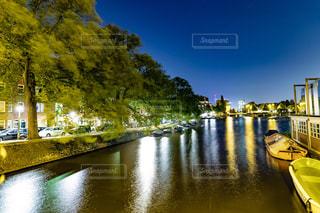 水域の隣の川に沿って移動するボートの写真・画像素材[2357708]