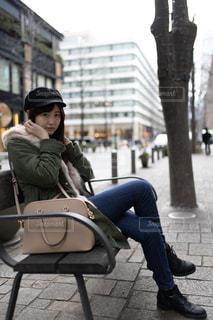 ベンチに座っている女性の写真・画像素材[2357737]