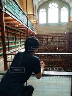 図書館に立っている男の写真・画像素材[2360124]