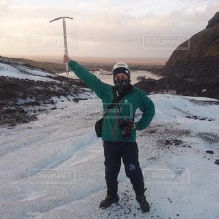 雪に覆われた山の上に立っている男の写真・画像素材[2360120]