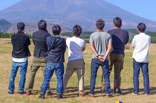 草の上に立つ人々のグループの写真・画像素材[2369046]