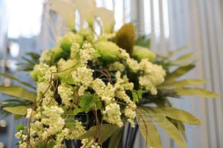 テーブルの上の花瓶の写真・画像素材[2426652]