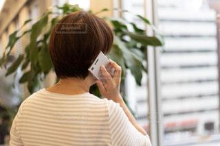 携帯電話で話している女性の写真・画像素材[2426712]