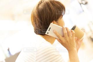 携帯電話で話している人の写真・画像素材[2426719]