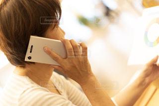 電話を持っている女性の写真・画像素材[2426720]
