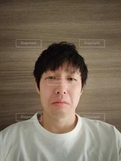 白いシャツを着た若者の写真・画像素材[2463237]