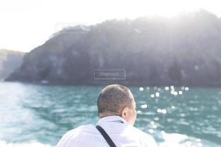 水域の前に立つ男の写真・画像素材[2496294]