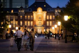 街の通りを歩く人々のグループの写真・画像素材[2698816]