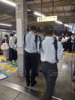 駅に立っている人々のグループの写真・画像素材[2723513]