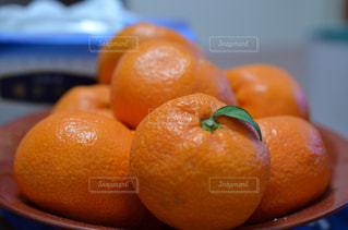 テーブルの上にオレンジのボウルの写真・画像素材[2727174]