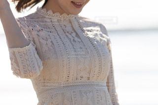 白いシャツを着た女性の写真・画像素材[3008753]