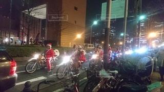 オートバイの後ろに乗っている人々のグループの写真・画像素材[3019602]