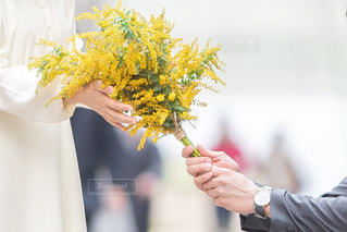 花を持っている人の写真・画像素材[3043575]